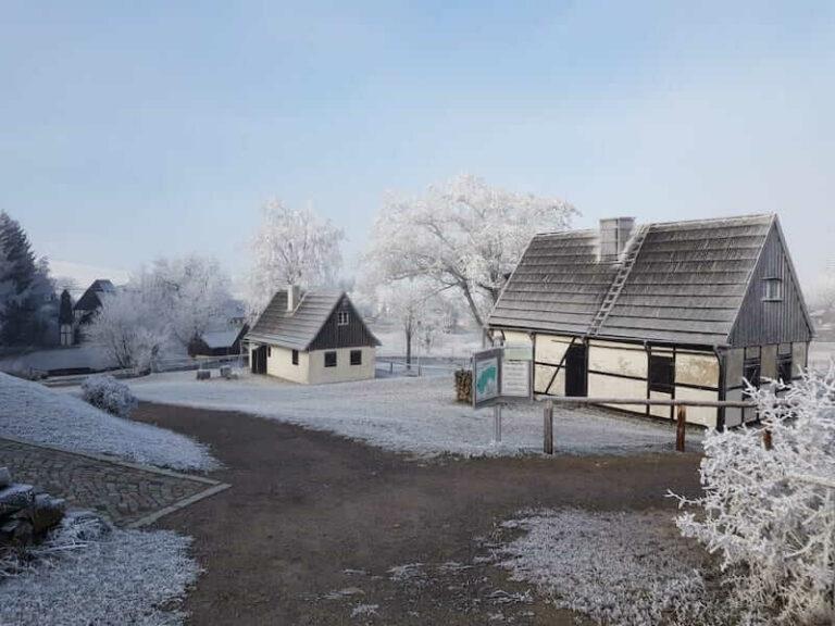 Freilichtmuseum eiffen bei Raureif im November